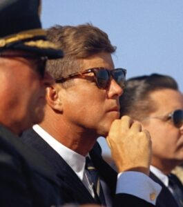 Джон Кенеди с очила Рейбан уейфеър